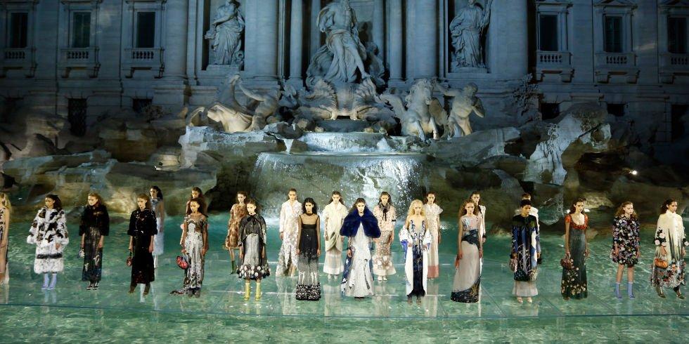 panoramica sfilata fendi roma fontana di trevi