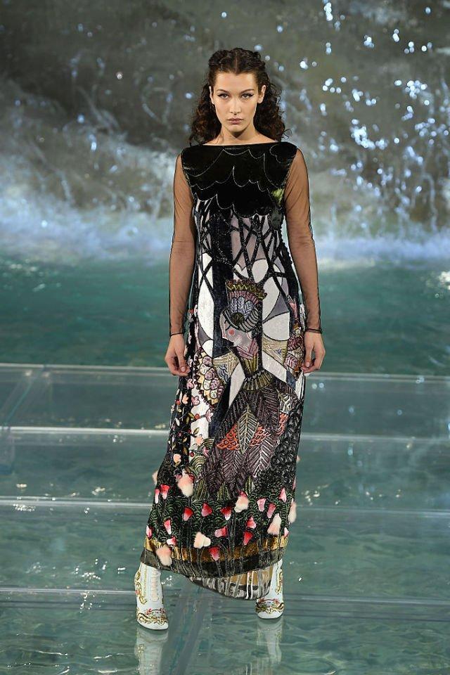 sfilata fendi roma fontana di trevi bella hadid